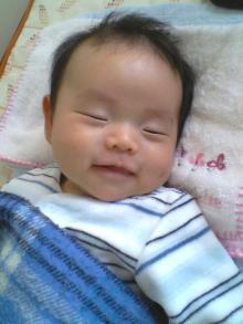 寝ながら笑顔