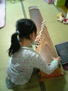 琴演奏長女。