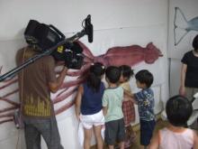 ダイオウイカに驚く子供たち