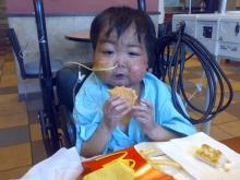 ぼく、ハンバーガー食べれたよ♪