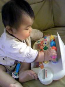 ミニ鍵盤に夢中。
