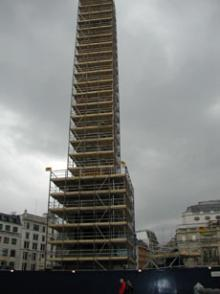 修復中のネルソン提督像