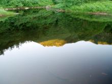 鏡池に映る弓折岳