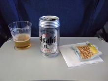 機内食のおつまみとビールで乾杯