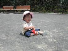ひとりで砂遊び