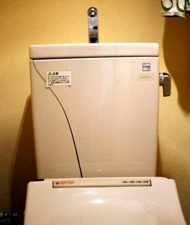 破損したトイレの給水タンク