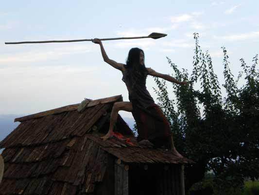 屋根の上に縄文人が