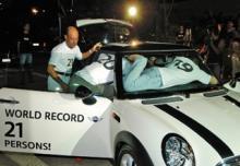 BMW MINI に21人乗り込む記録2
