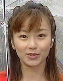 雨天に傘で爽やかな松岡洋子さん