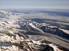 アラスカの氷河とマッキンリー山.