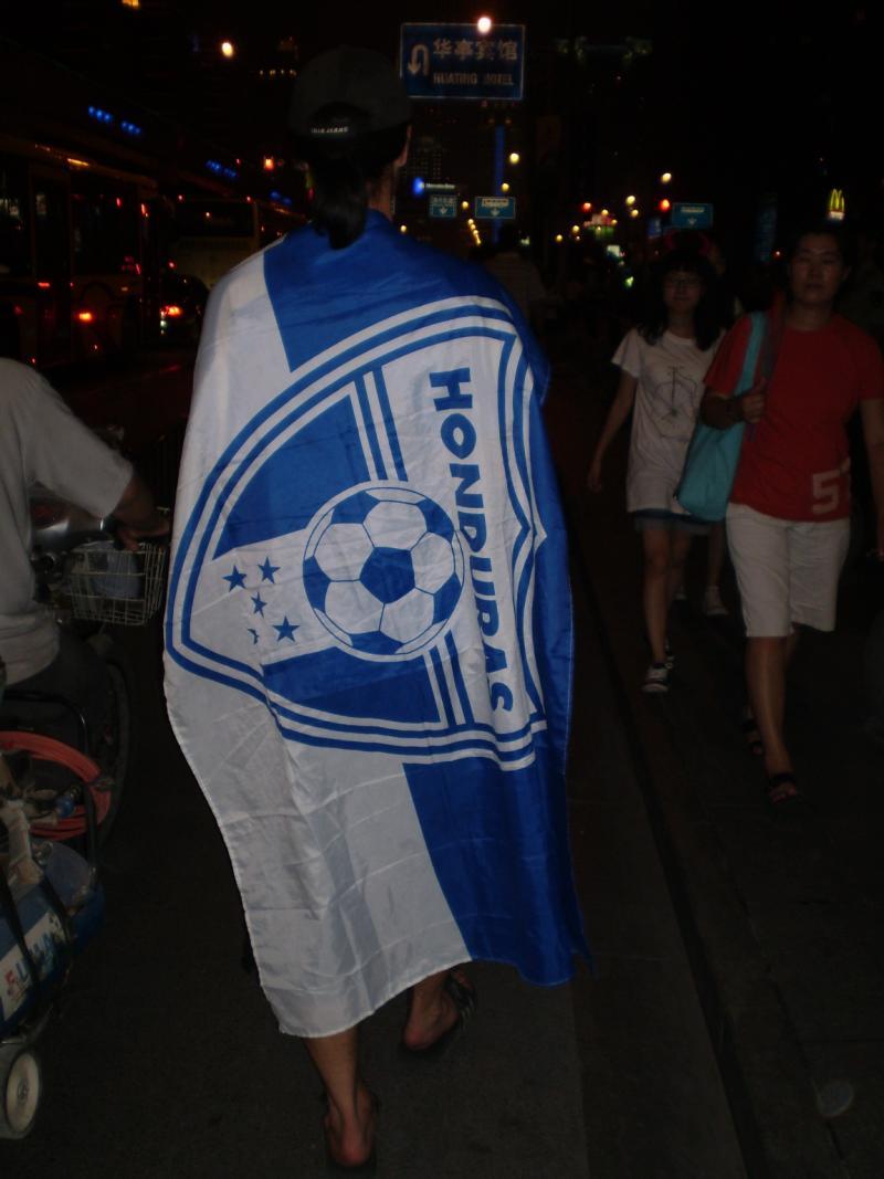 ホンジュラス国旗を身にまとい