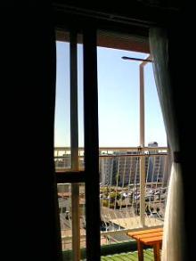 いい天気♪日差しが暑いのでカーテンしています